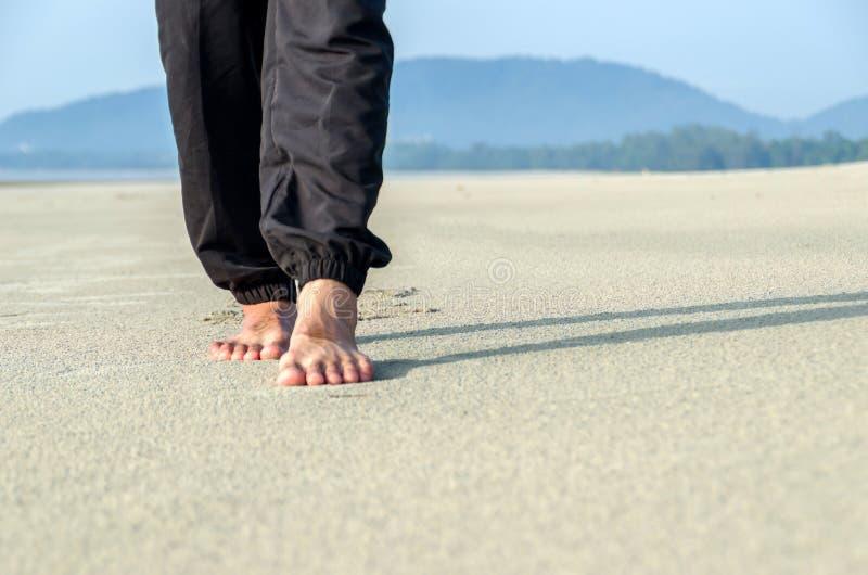 Gå på sanden arkivbild