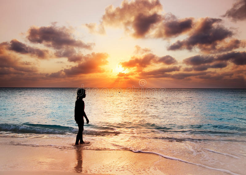 Gå på solnedgången royaltyfri bild