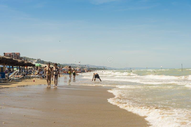 Gå på stranden på Silvi Marina Italy arkivbild