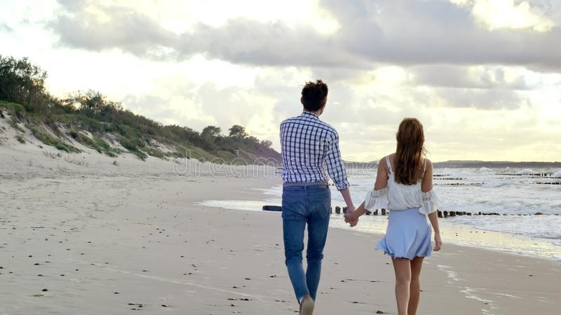 Gå par på stranden
