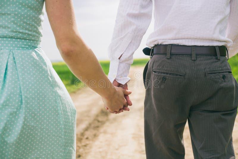 Gå parinnehavhänder royaltyfri bild