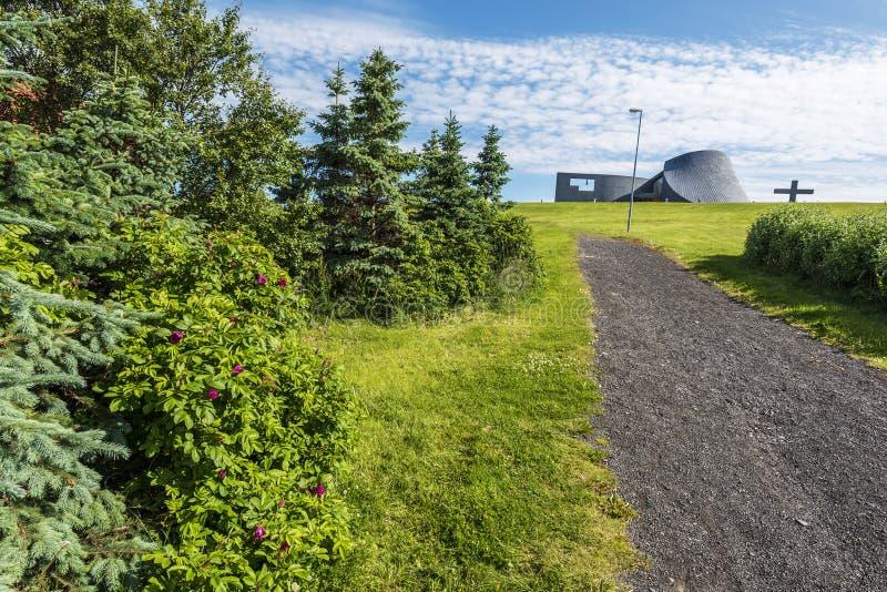 Gå passerandet till den Blonduoskirkja kyrkan i den Blonduos byn av nordvästliga Island royaltyfri bild