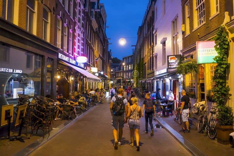 Gå till och med centret av Amsterdam på natten - AMSTERDAM - NEDERLÄNDERNA - JULI 20, 2017 arkivfoto