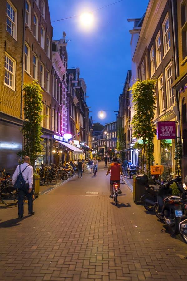 Gå till och med centret av Amsterdam på natten - AMSTERDAM - NEDERLÄNDERNA - JULI 20, 2017 arkivfoton
