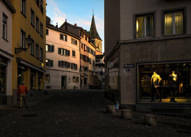 Gå till och med den gamla staden av Zurich switzerland royaltyfri bild