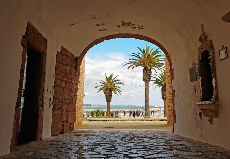 Gå till och med en medeltida ingång till havet i Lagos Portugal arkivfoton