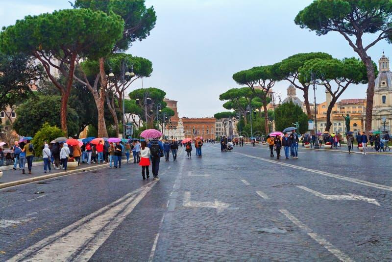 Gå till och med gatorna av Rome i regnet arkivbilder
