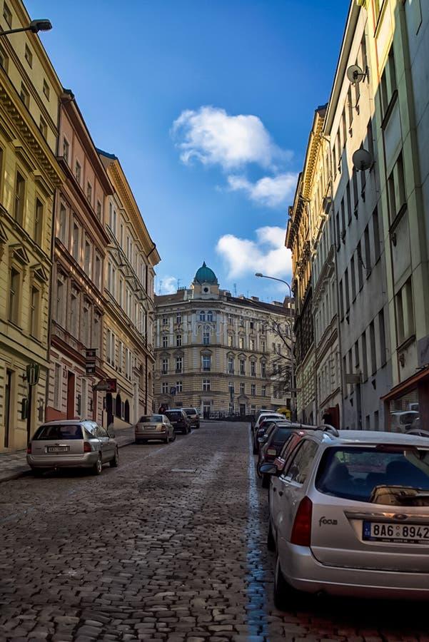 Gå till och med gatorna och sikten av Prague Historiska byggnader och kulturella monument arkivbild