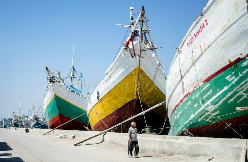 Gå till och med stora traditionella skepp, Sunda Kelapa Jakarta-Indonesien royaltyfri bild