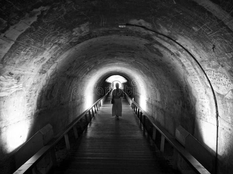 Gå till och med tunnelen, dig ska se ljuset fotografering för bildbyråer