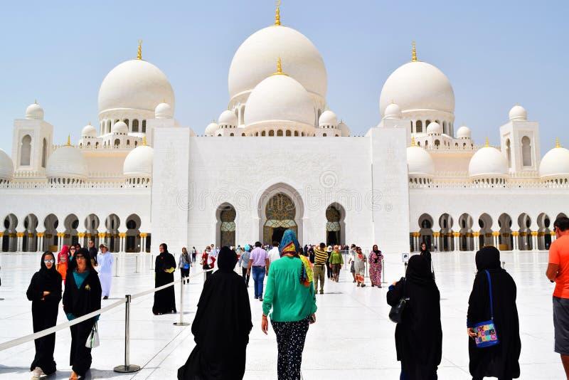 Gå till olika religioner Sheikh Zayed Grand Mosque royaltyfri fotografi