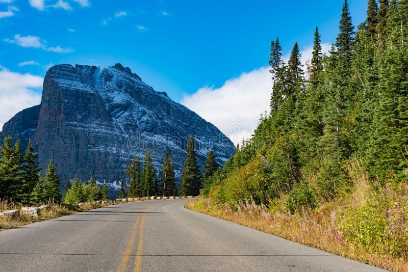 Gå till solvägen, glaciärnationalpark royaltyfri bild