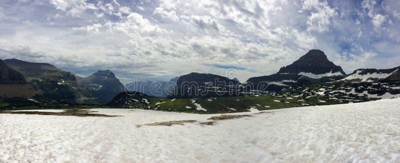 Gå till solvägen, sikt av landskapet, snöfält i glaciärnationalpark runt om Logan Pass, dold sjö, Highline slinga, whi royaltyfri fotografi