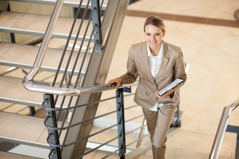 Gå trappa för affärskvinna royaltyfria foton