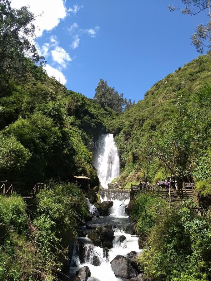 Gå upp till vattenfallet för vattenfallPeguche ` s arkivbild