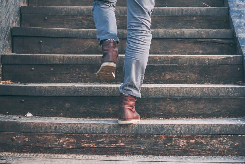 Gå uppför trappan - närbildsikt av skor för läder för man` s arkivfoto