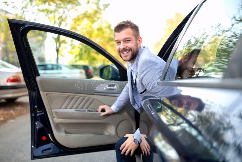 Gå ut hans bil med ett leende royaltyfria foton