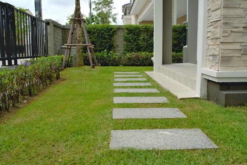 Gå vägbanan på den hemmastadda gröna gården arkivfoton