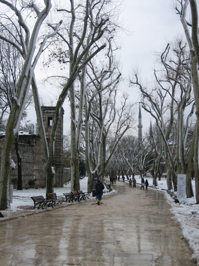 Gå vägen i Istanbul, Turkiet i vinter royaltyfri fotografi