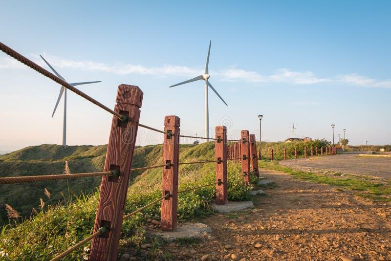 Gå vägen till kraftgenereringvindturbinen arkivfoto