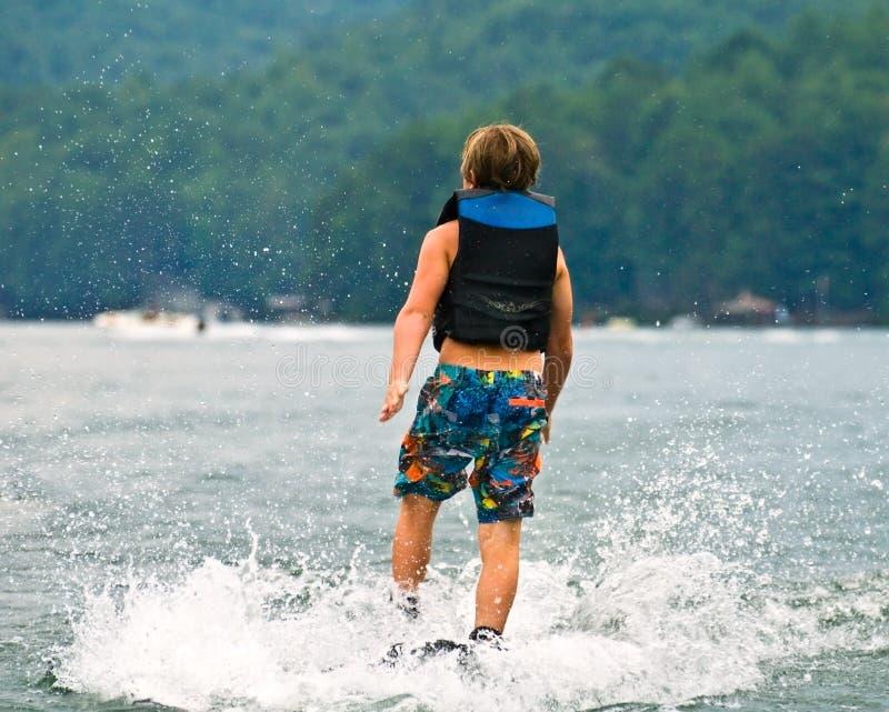 gå vatten för pojkeskidåkning royaltyfria foton