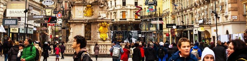 Gå vid de fullsatta gatorna i centret av Wien, Österrike royaltyfri bild