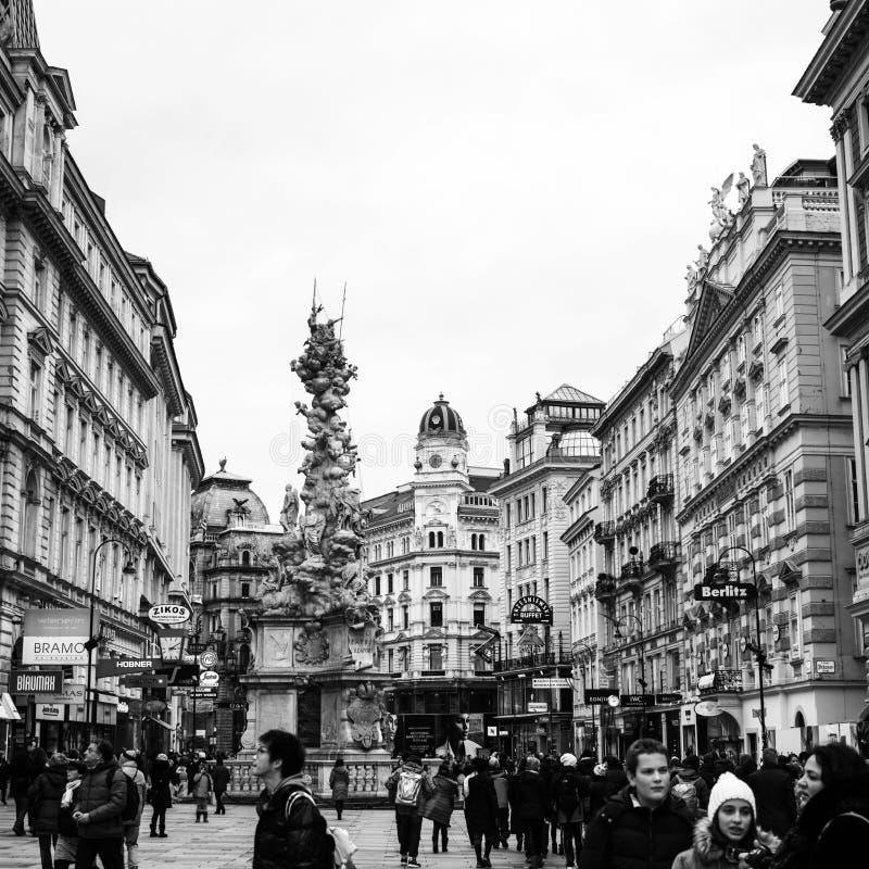 Gå vid de fullsatta gatorna i centret av Wien, Österrike svart white arkivbild