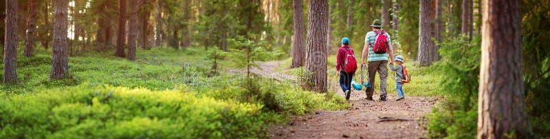 Gående campa för fader och för pojkar med tältet i natur arkivfoto