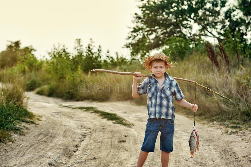 Gående fiska för Fisher pojke royaltyfria bilder
