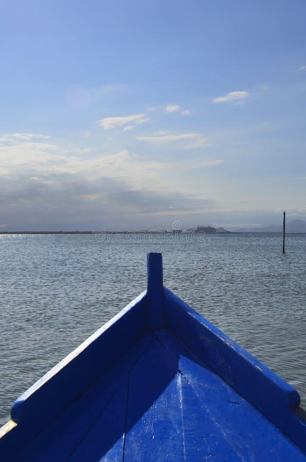 Gående fiska med lokaler på träfartyget i havet royaltyfria bilder