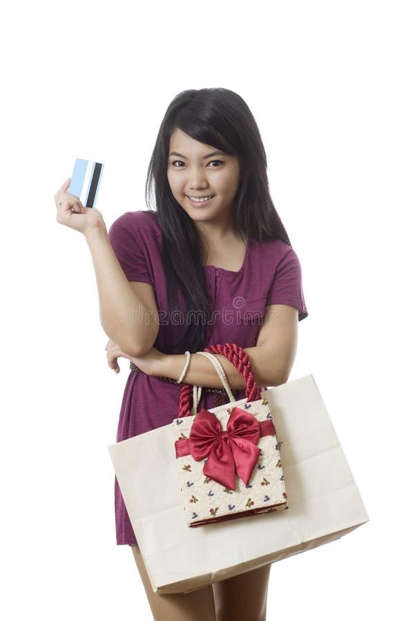 gående shopping för asiatisk kortkrediteringsflicka arkivfoto