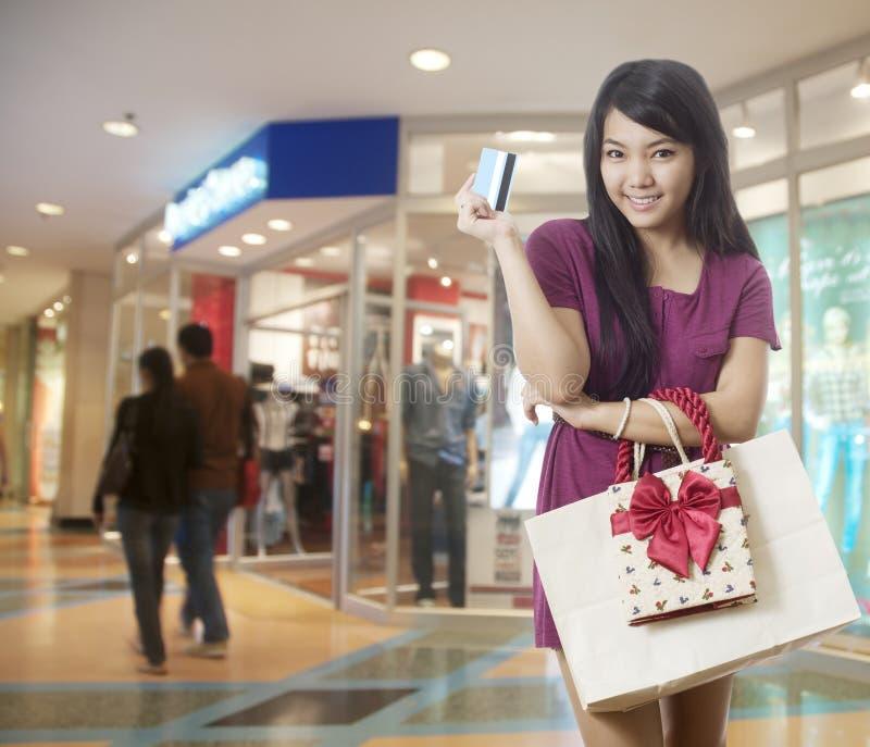 gående shopping för kortkrediteringsflicka royaltyfria foton