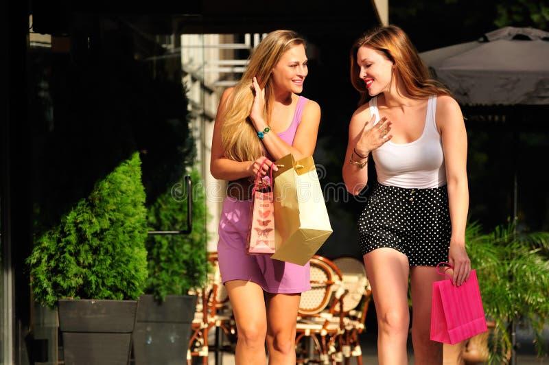 gående shopping för vänflicka royaltyfria foton