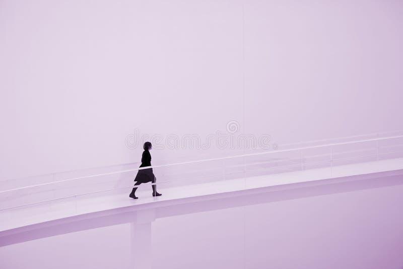 gående stigande kvinna arkivbilder