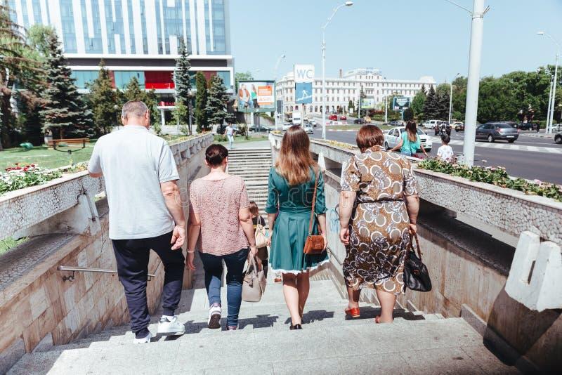 Gående tunnelbana för folk arkivbild