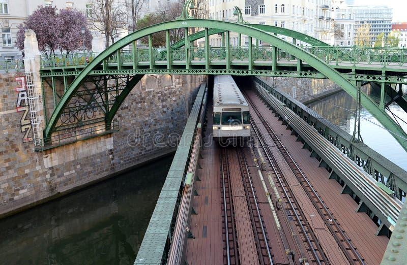 Gångare och järnväg U-Bahn bro över den Wien floden på det Zollamt tullkontoret arkivbild