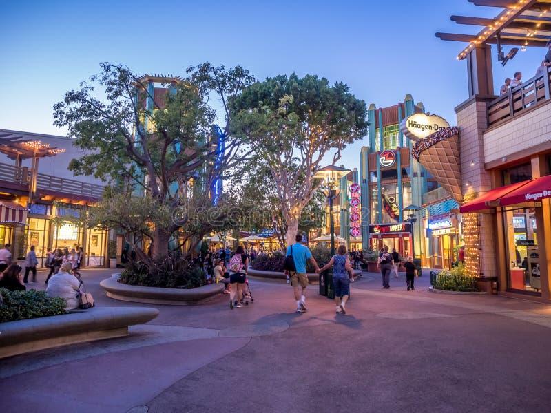 Gångare på i stadens centrum Disney royaltyfria bilder