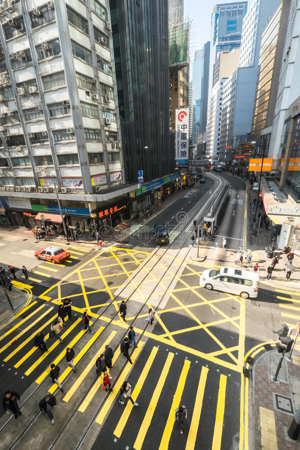 Gångare som är rörande på sebraövergångsställe på Hong Kong arkivbilder