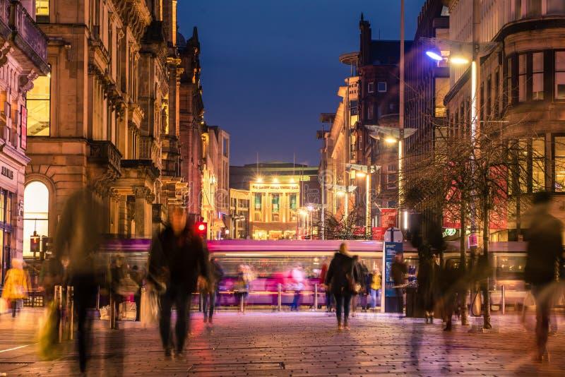 Gångare som promenerar den ljust tända Buchanan gatan i stadsmitten på natten royaltyfria foton