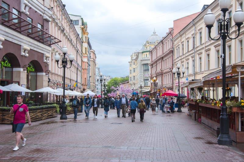 GångareArbat gata i mitt av Moskva, Ryssland royaltyfri bild