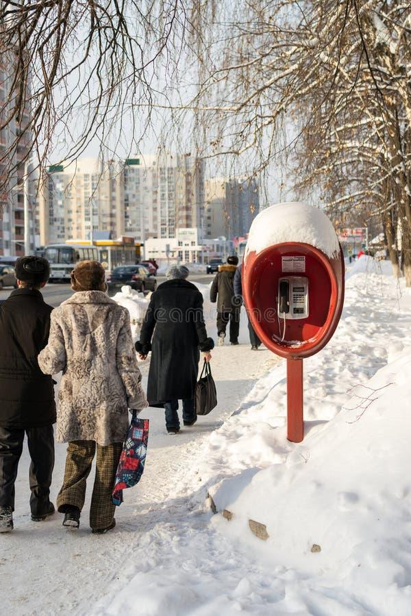 Gångaresovjet Phonebox i rysk vinter arkivbilder