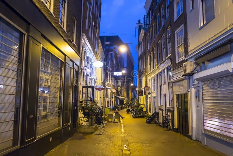Gångarezonerna i centret av Amsterdam på natten - AMSTERDAM - NEDERLÄNDERNA - JULI 20, 2017 royaltyfria bilder