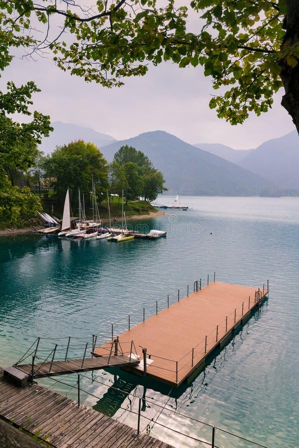 Gångbana över sjön Molveno, Italien royaltyfri foto
