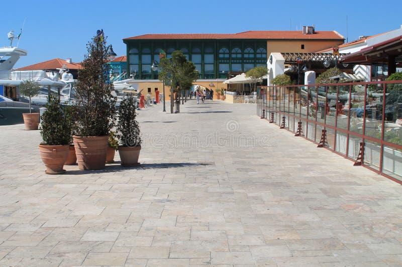 Gångbana för Limassol marinasjösida arkivbilder