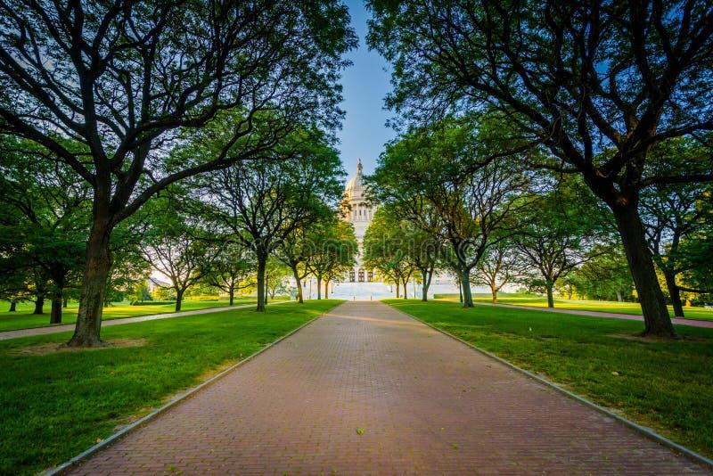 Gångbana och träd framme av Rhode Island State House, i P royaltyfri fotografi