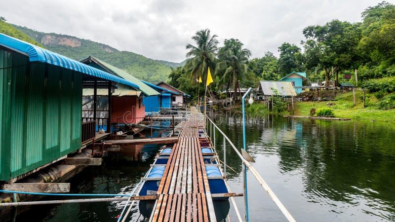 Gångbana på ett sväva hotell i Kanchanaburi royaltyfria foton