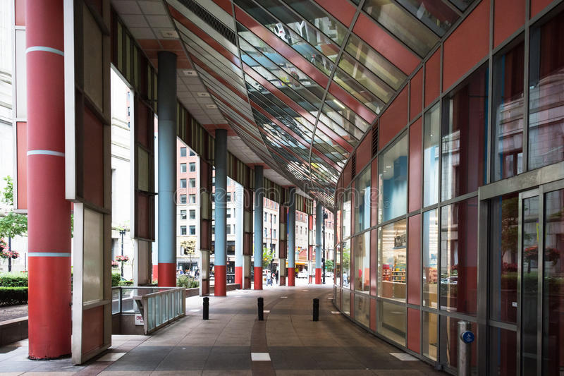 Gångbana på James R Thompson Center, Chicago arkivbild