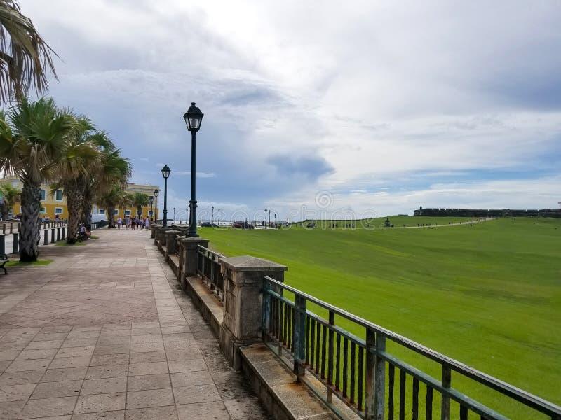 Gångbana till slotten för el Morro på gamla San Juan, Puerto Rico royaltyfria foton