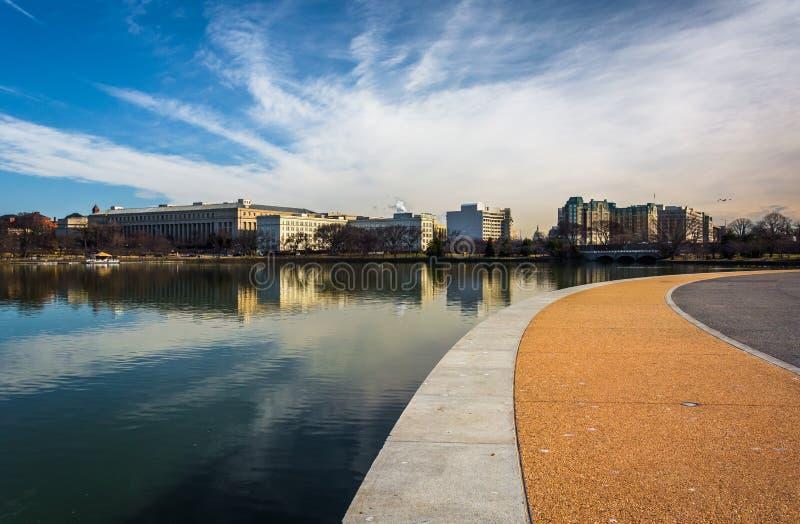 Gångbanan längs den tidvattens- handfatet, i östliga Potomac parkerar, Washington, royaltyfria bilder