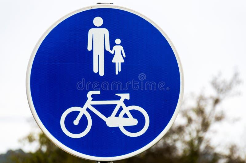 Gångbanan undertecknar in parkera för folk och bycicles royaltyfri bild